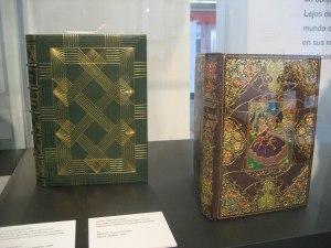 Muestra de encuadernado artesanal de libros grabados con pan de oro en tapas de piel.