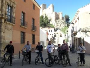 Algunos miembros posan satisfechos antes del inicio de la ruta urbana guiada por Almansa.