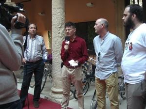 El Coordinador de ConBici, Juan Merallo, de Pedalibre, hablando para la prensa para los medios de comunicación durante la recepción en el Ayuntamiento de Almansa.