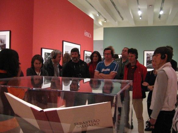 Participantes escuchan los interesantes detalles de la exposición de Sebastiao Salgado.