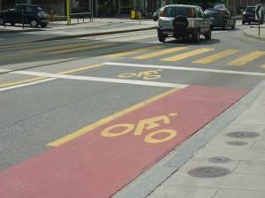 Ejemplo de posición adelantada para bicicletas que salen de una vía ciclista y se incorporan al tráfico