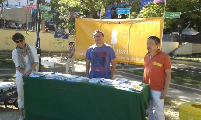 Voluntarios de Pedalibre preparan el puesto para informar de nuestras actividad