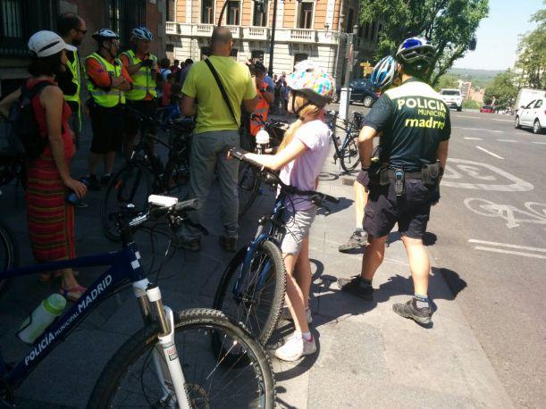 En un momento de la explicación, el ciclopolicía, sin uniforme, en el ciclocarril de la calle Mayor.