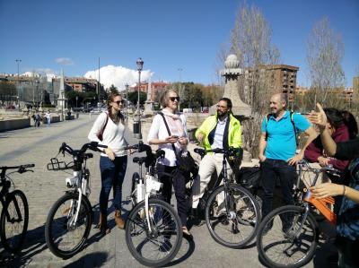 Investigadora de la universidad de Davis montando en bici por Madrid