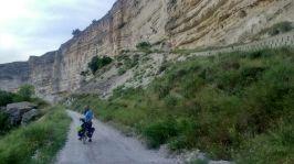 Cicloturista en un camino