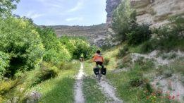 Cicloturista en un sendero