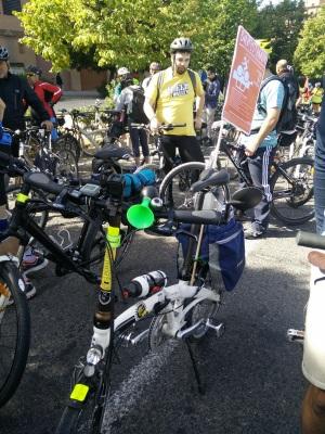 Mi bici plegable con el cartel de la Bicifestación