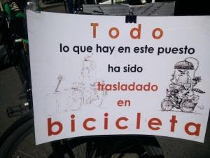 Cartel - Todo lo que hay en este puesto ha sido trasladado en bicicleta