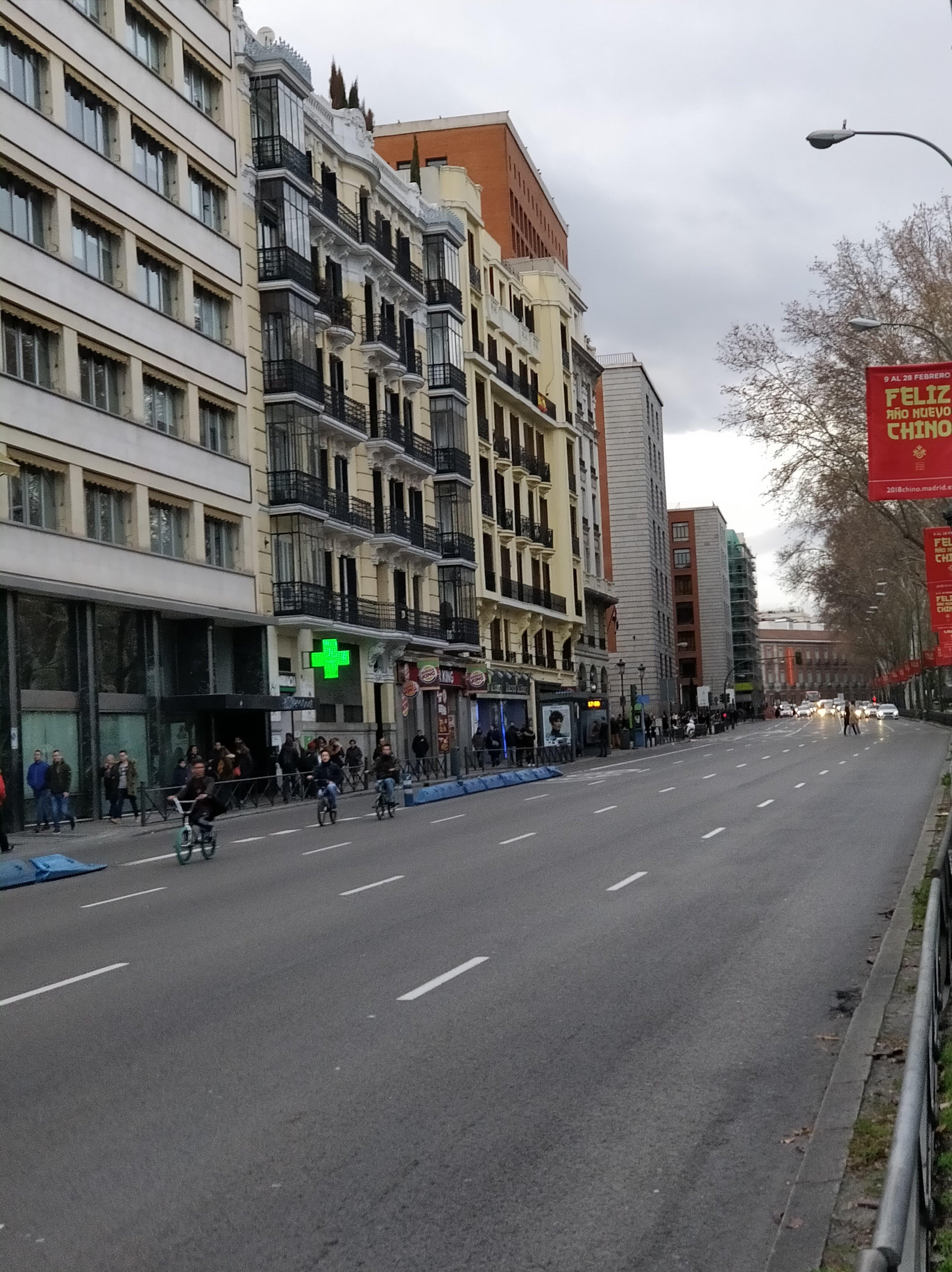 Foto de ciclistas solitarios por el paseo del Prado