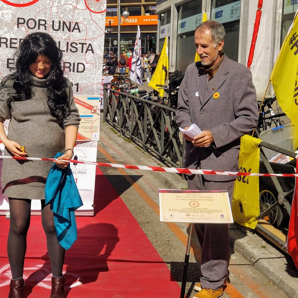 Los ciclistas toman la calle Princesa para reivindicar infraestructuras e inauguran el carril bici en la Plaza deEspaña