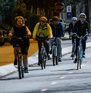 Personas mayores circulando por un carril bici