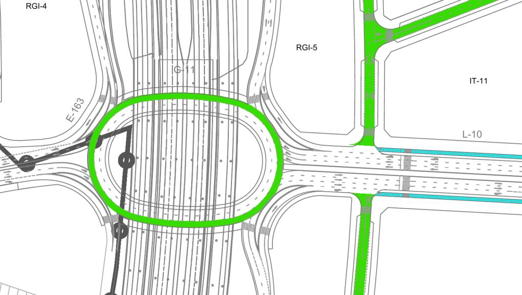 Imagen de la intersección de la calle de la Pirotecnia con la M-45. La intersección tiene una rotonda elíptica, con carriles para giros a la derecha antes de llegar a la rotonda.  El carril bici bidireccional termina antes de llegar a la rotonda, justo en el punto en donde empiezan los carriles para girar a la derecha.